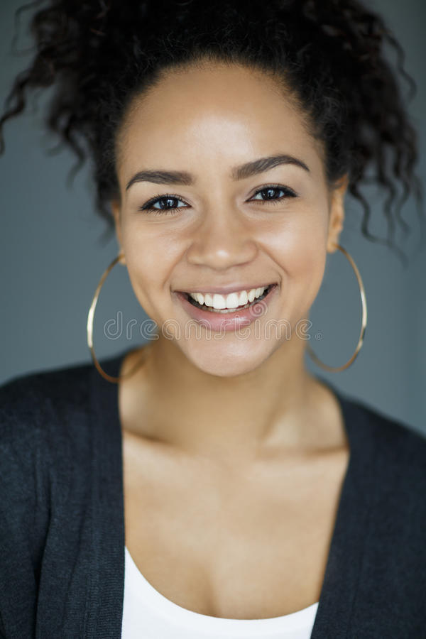 Portret roześmiana amerykanin afrykańskiego pochodzenia kobieta fotografia stock