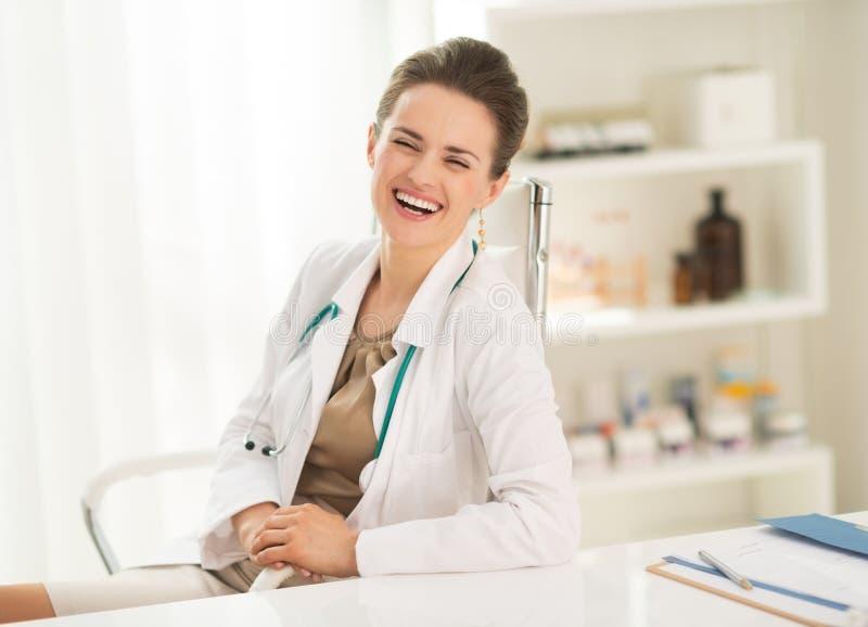 Portret roześmiana lekarz medycyny kobieta zdjęcia royalty free