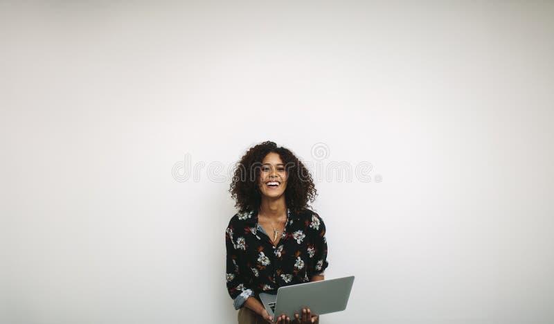 Portret roześmiany kobieta przedsiębiorca trzyma laptop zdjęcia stock