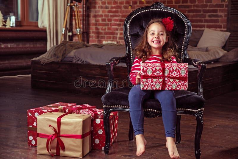 Portret rozochocona dziewczyna trzyma urodzinowego prezent obrazy stock