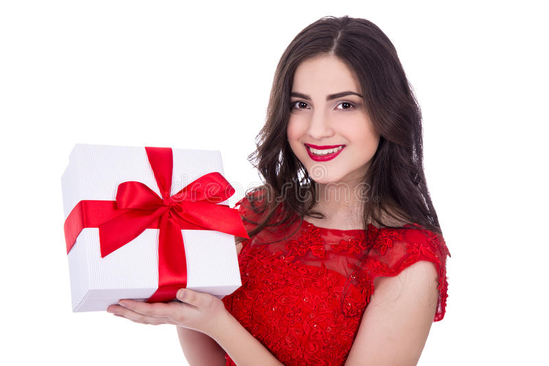 Portret rozochocona kobieta w czerwieni sukni z prezenta pudełkiem odizolowywał o zdjęcia stock
