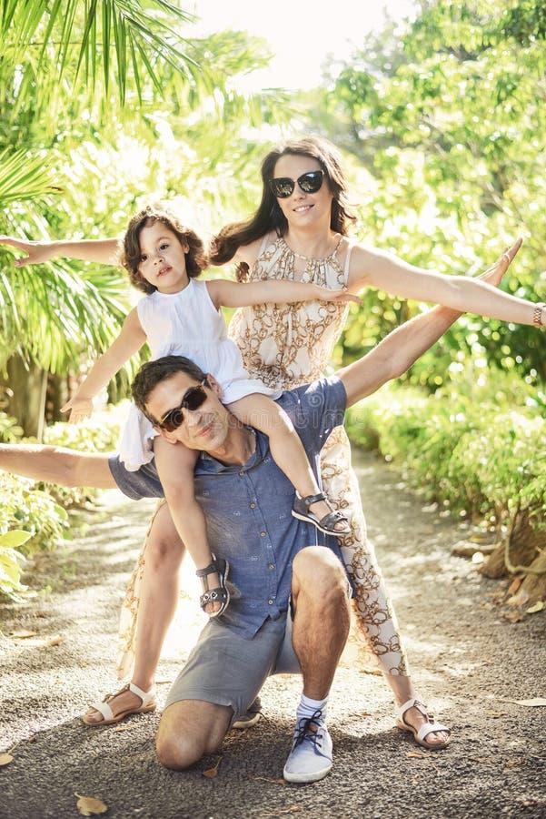 Portret rozochocona rodzina na wakacje obrazy stock