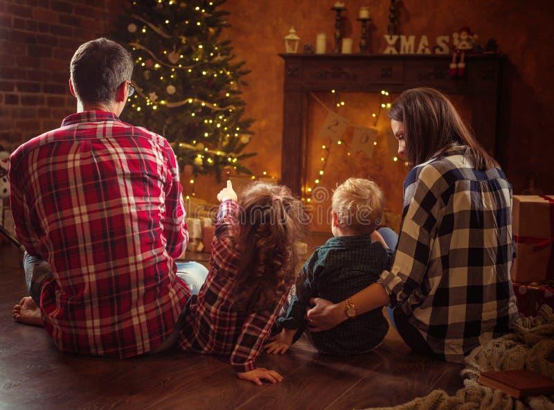 Portret rozochocona rodzina realxing w zima wieczór fotografia stock