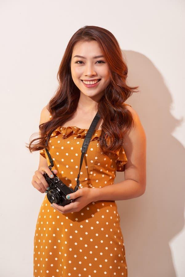 Portret rozochocona uśmiechnięta młoda kobieta bierze fotografię z inspiracją i jest ubranym lato suknię kamery dziewczyny mienie zdjęcia stock