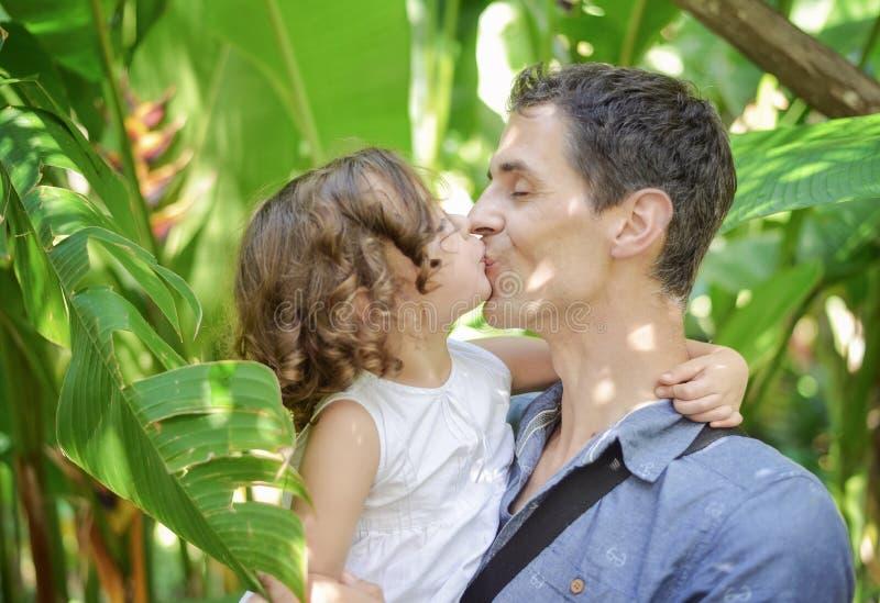 Portret rozochocony dziecko całuje jej ojca obraz royalty free
