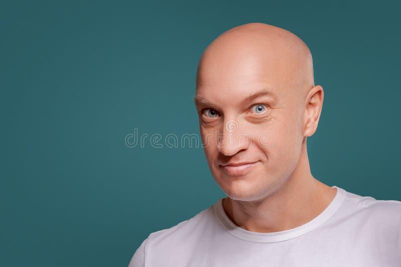Portret rozochocony mężczyzna odizolowywający na błękitnym tle fotografia royalty free