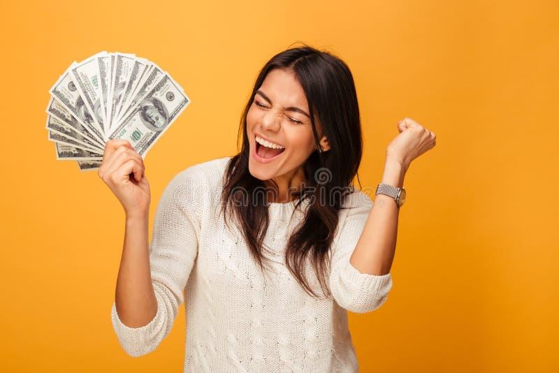 Portret rozochocony młodej kobiety mienia pieniądze fotografia stock