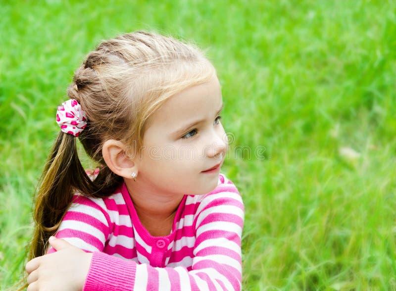 Portret rozważna śliczna mała dziewczynka patrzeje daleko od zdjęcie royalty free