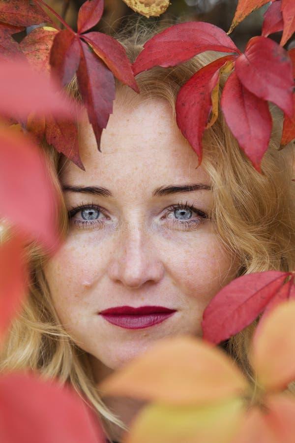 Portret rozważna piękna blond kobieta obraz royalty free