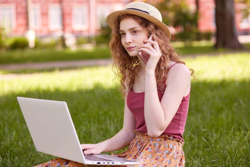 Portret rozważny atrakcyjny studencki mienie jej przyrząd blisko do ucho, opowiadający nad telefonem, słucha rozmowa obraz royalty free