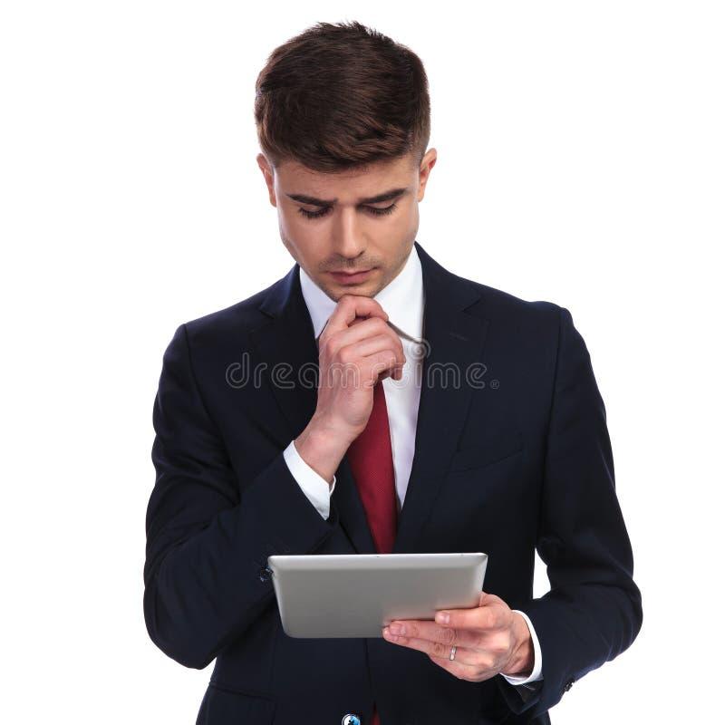 Portret rozważny biznesmena czytanie od pastylki zdjęcie royalty free