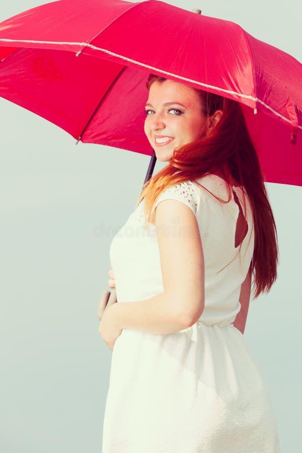 Portret rudzielec dorosłej kobiety mienia parasol zdjęcia royalty free