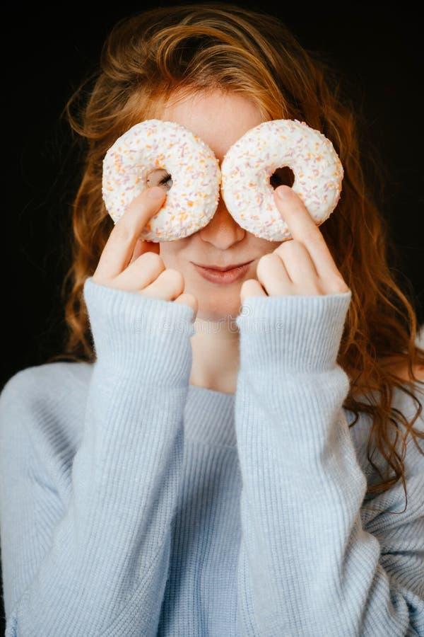 Portret rudzielec dziewczyna, donuts i fotografia royalty free