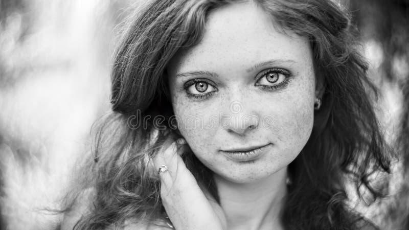Portret rudzielec dziewczyna na naturze zdjęcie royalty free