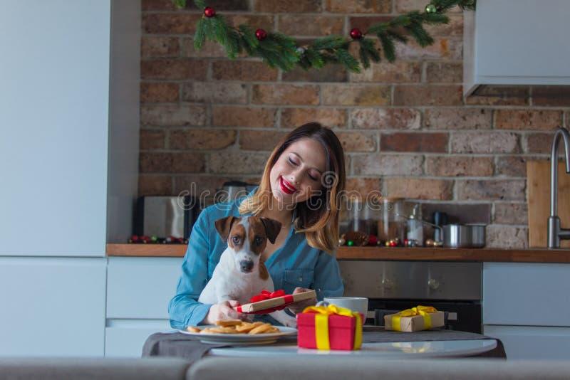 Portret rudzielec kobieta z psem przy kuchnią fotografia royalty free