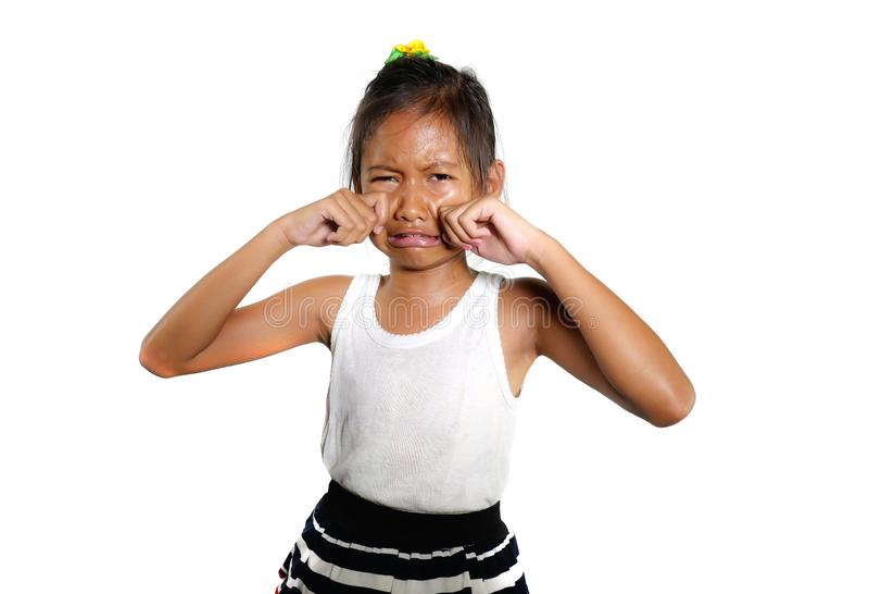 Portret słodki, śliczny żeński dziecko i lat płakać smutny w bólowy czuciowy nieszczęśliwy i wzburzony odosobnionym na białym tle zdjęcie stock