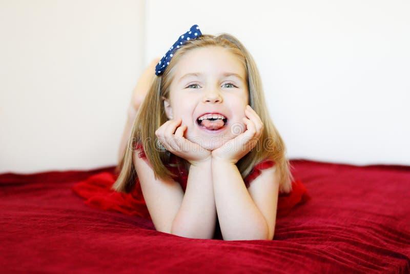 Portret słodka roześmiana preschool dziewczyna zdjęcie royalty free