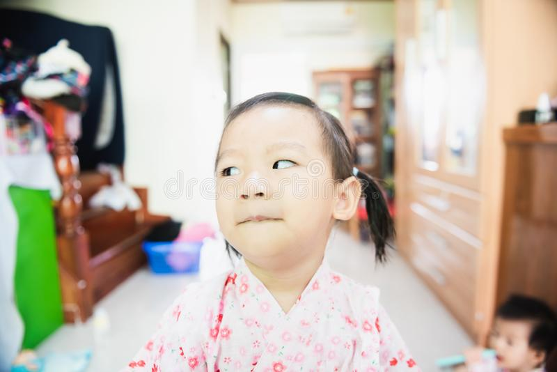 Portret S?odki Azjatycki liltle dziecko z spojrzenia askance twarz? zdjęcie royalty free