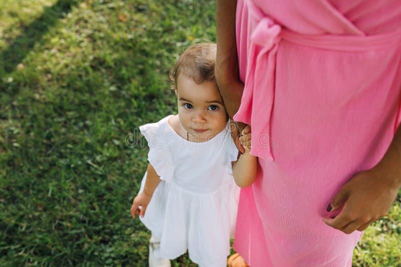 Portret słodkiej dziewczynki stojącej z matką obraz stock
