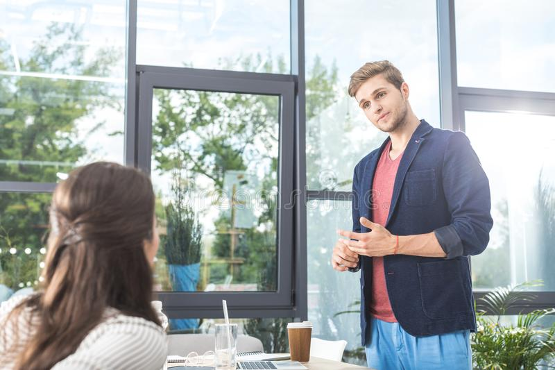 portret słucha kolega skoncentrowany biznesmen obraz stock