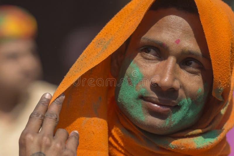Portret Sakhee z jaskrawymi pomarańcz ubraniami wśrodku świątyni, nandgaon, Uttarpradesh, India zdjęcia royalty free