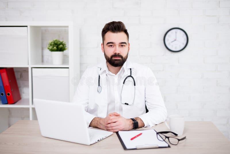 Portret samiec doktorski używa laptop w biurze zdjęcia royalty free