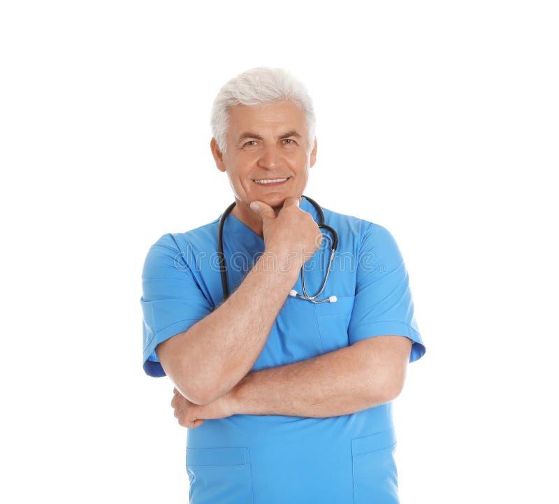 Portret samiec lekarka w pętaczkach z stetoskopem odizolowywającym personel medyczny zdjęcia royalty free
