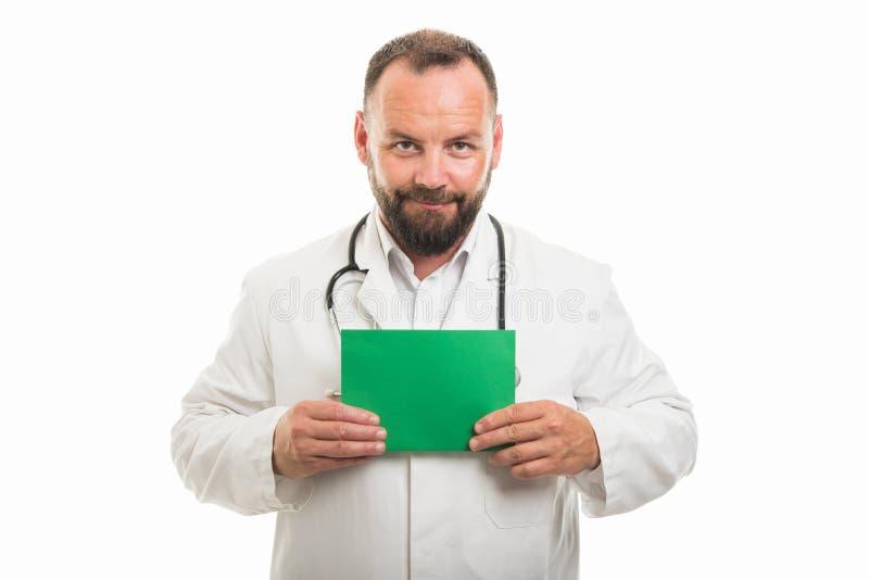 Portret samiec lekarki mienia zieleni karton fotografia stock