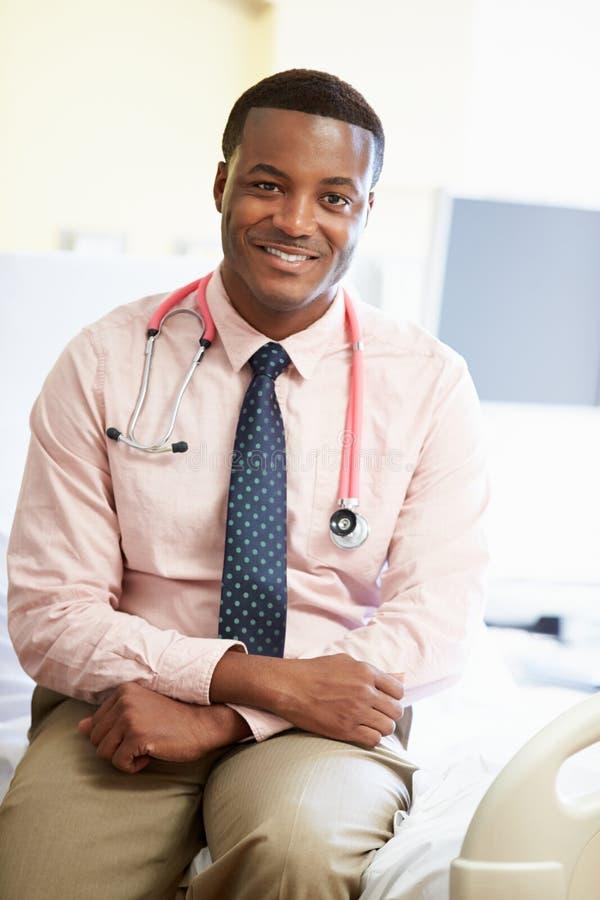 Portret samiec lekarki obsiadanie Na łóżku szpitalnym zdjęcia royalty free