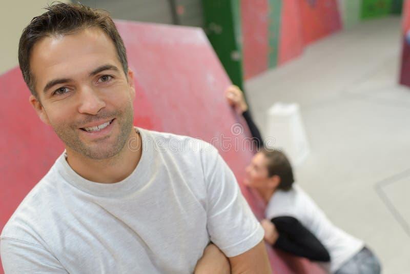 Portret samiec na wspinać się salową ścianę obraz royalty free