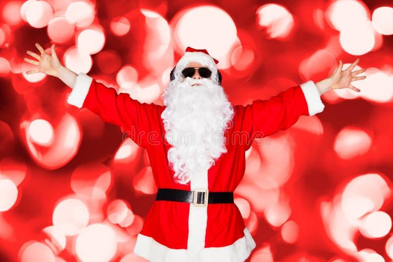 Portret Santa Słuchająca muzyka zdjęcie stock