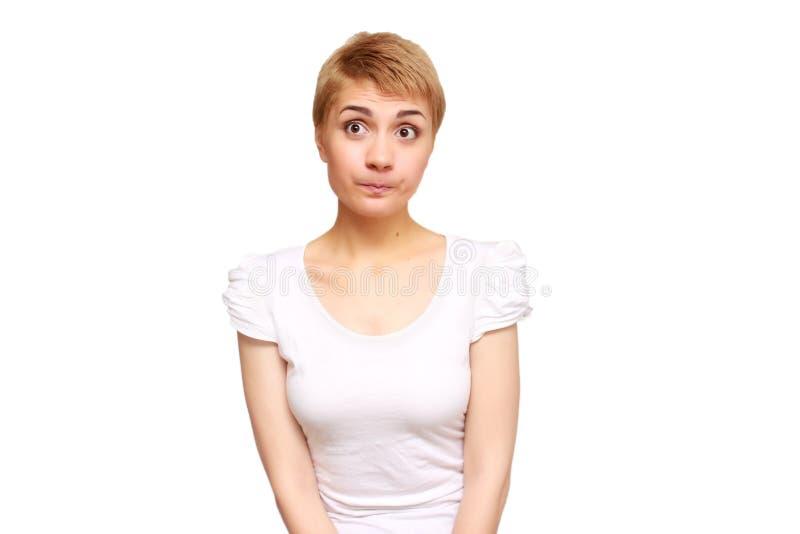 Portret sceptische, verstoorde jonge vrouw die verdacht kijken stock foto