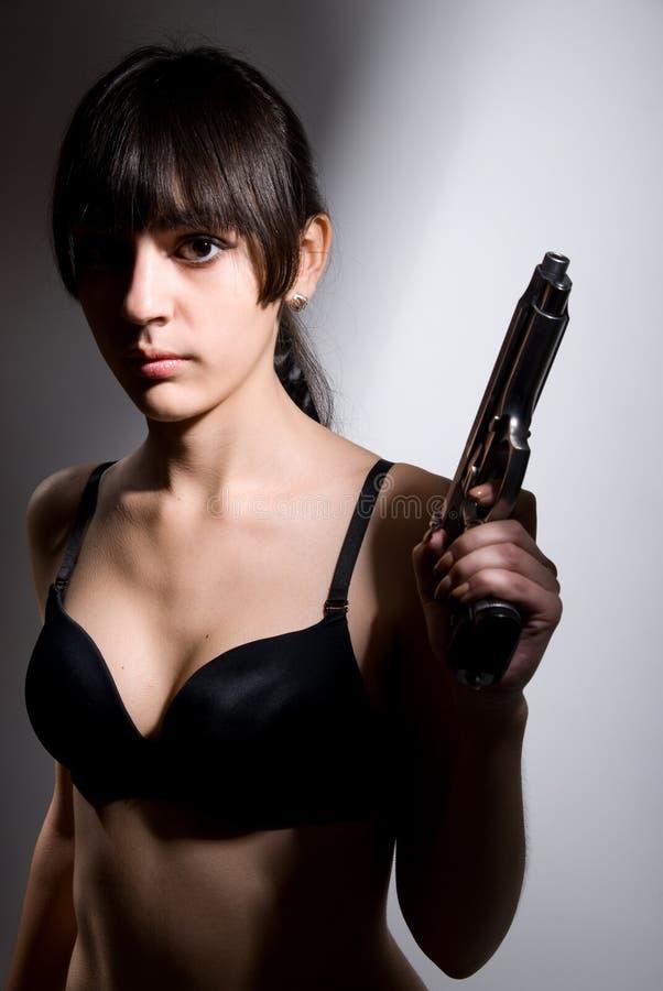 Portret seksowna dziewczyna z pistoletem zdjęcie royalty free