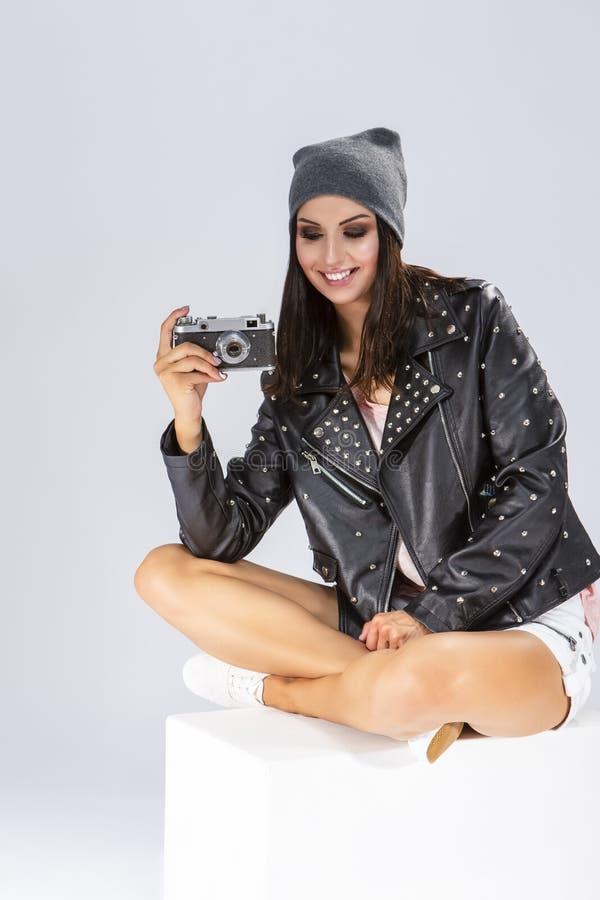 Portret Seksowna Zmysłowa ono Uśmiecha się Garbnikująca Kaukaska brunetka w Czarnej skórzanej kurtce zdjęcia royalty free