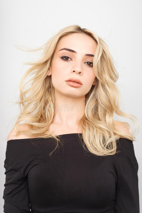 Portret seksownej kobiety z pięknym makijażem i długimi blond włosami obrazy royalty free