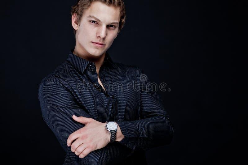 Portret seksowny macho mężczyzna nad ciemnym tłem obrazy royalty free