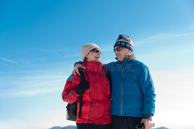 Portret senior przechodzić na emeryturę para w zima obraz royalty free