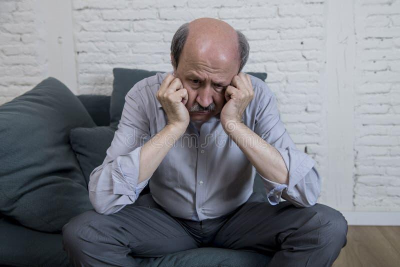 Portret seniora dojrzały stary człowiek na i jego 60s leżanki samotnym czuciowym bólu w domu i cierpienie depresji obrazy royalty free