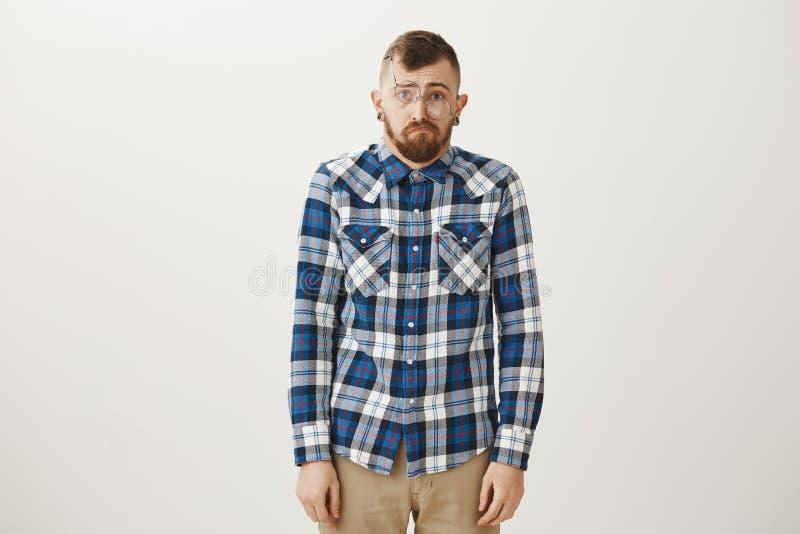 Portret sfrustowana wzburzona przystojna dorosła samiec z brodą w błękitnej szkockiej kraty koszula, czujący jak grat, wyraża smu fotografia stock