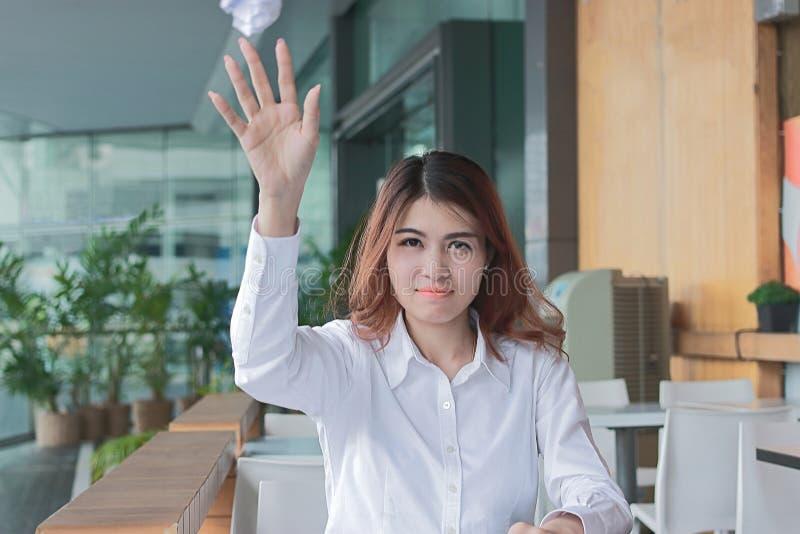 Portret sfrustowany zaakcentowany młody Azjatycki biznesowej kobiety miotanie miie prześcieradła papier przy biurkiem w biurze zdjęcie stock