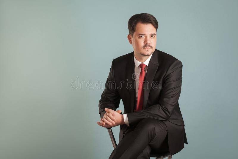 Portret siedzi przystojnego biznesmena działanie krótkopęd zdjęcia stock