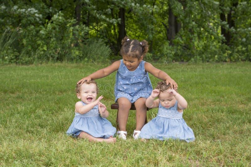 Portret 3 siostry w parku fotografia stock