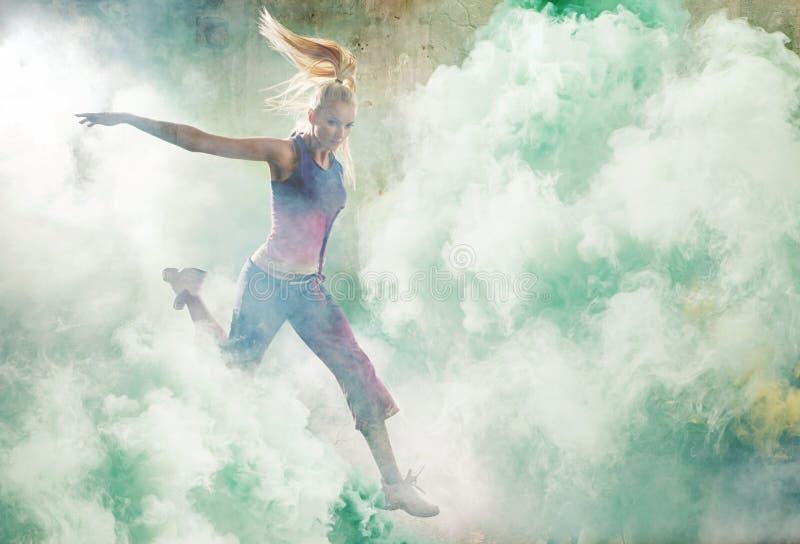 Portret skokowy tancerz trzyma kolorowych raców zdjęcia royalty free