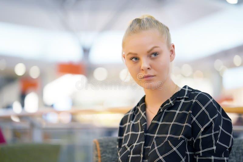 Portret skoncentrowana młoda dziewczyna fotografia royalty free