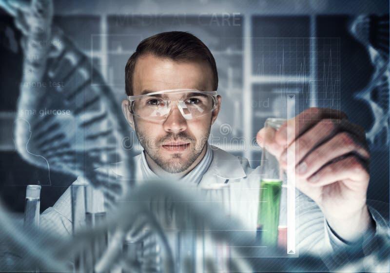 Portret skoncentrowany męski naukowiec pracuje z odczynnikami w laboratorium fotografia stock