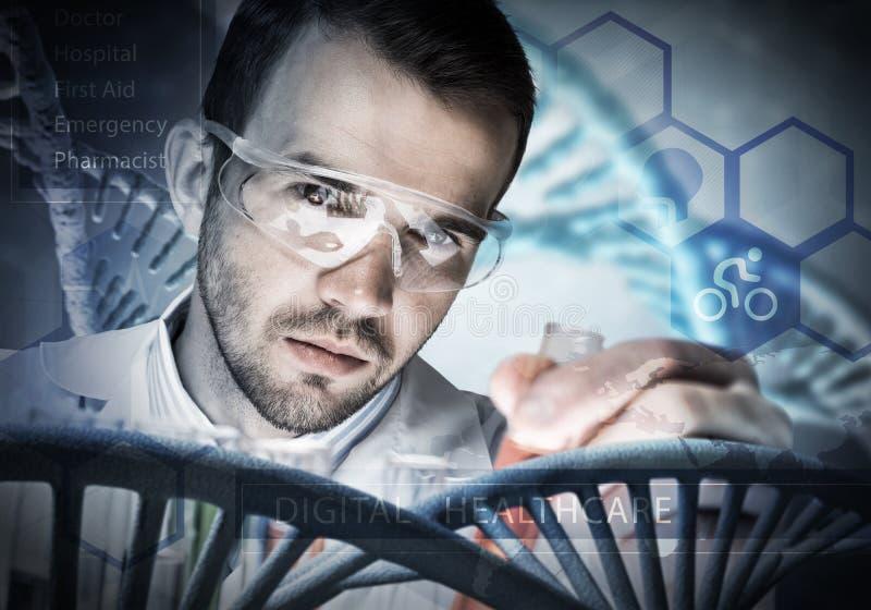 Portret skoncentrowany męski naukowiec pracuje z odczynnikami w laboratorium zdjęcie stock
