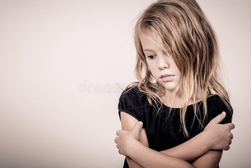 Portret smutna blond mała dziewczynka zdjęcia stock