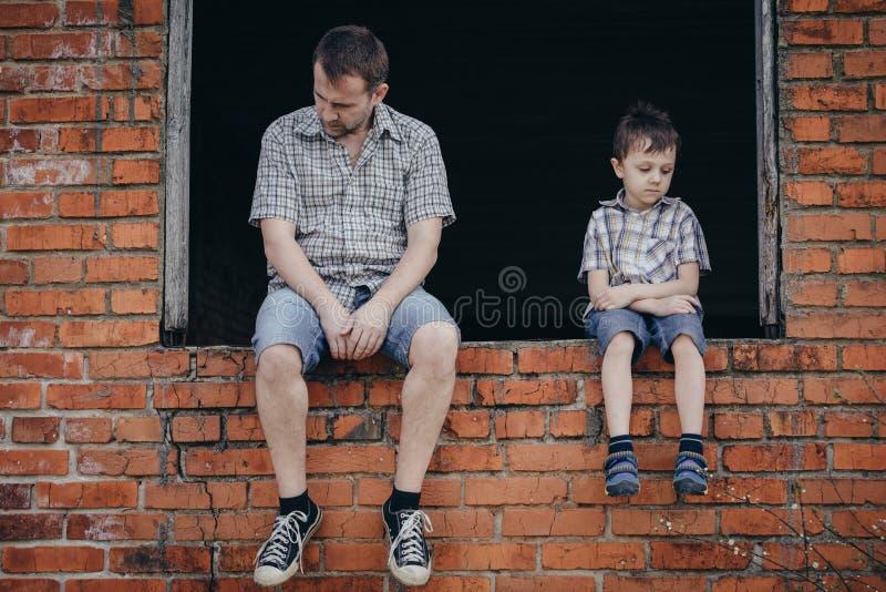 Portret smutna chłopiec i ojciec obrazy royalty free