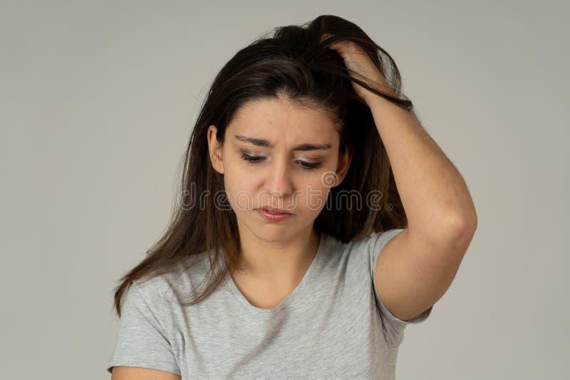 Portret smutna i przygnębiona kobieta odizolowywający na neutralnym tle Ludzcy wyrażenia i emocje obrazy stock