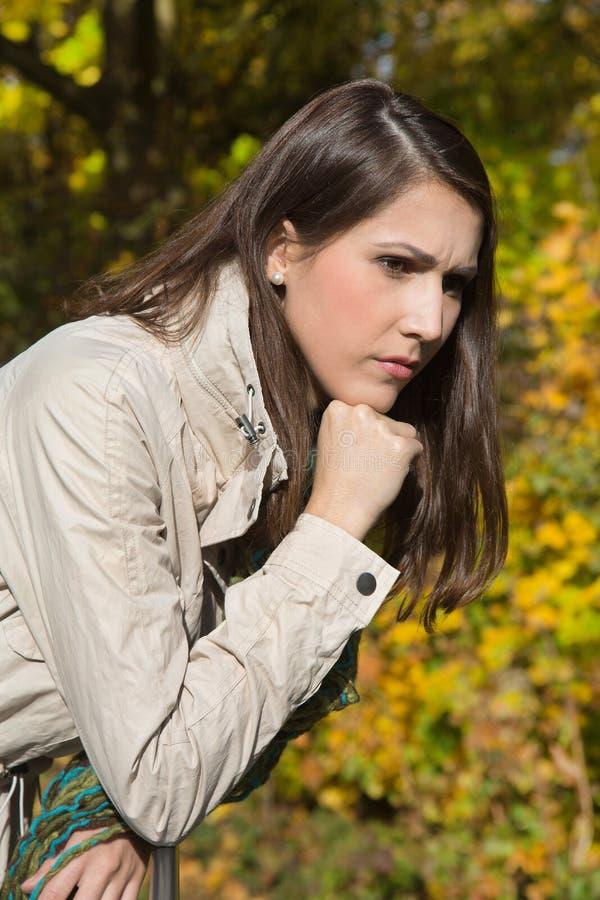 Portret smutna i przygnębiona kobieta z problemami w spadku zdjęcie royalty free